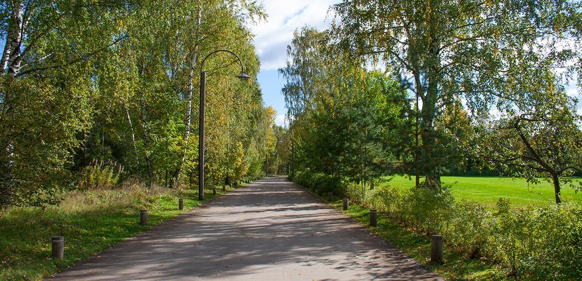 Проложенная вдоль гольф-поля дорожка, курорт Пирогово