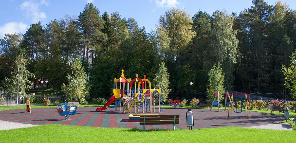Детская площадка в поселке Лазурный берег